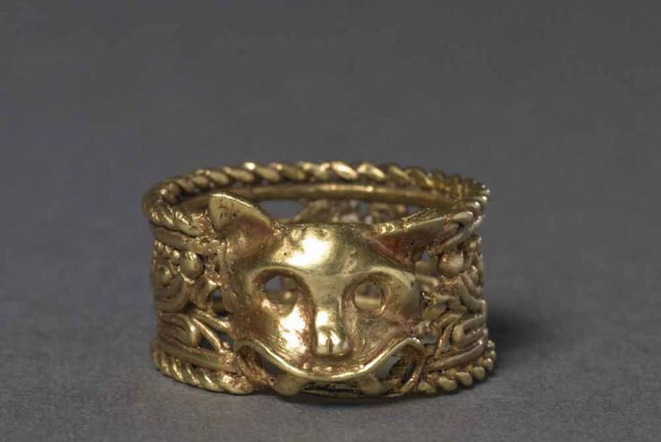 Finger ring made of cast gold with a feline head, 1300-1521.