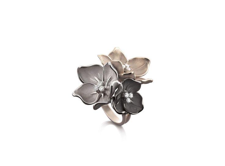 Bouquet Black Collection black, white and beige Gold flower ring with diamonds inspired nature // anillo flor de oro negro, blanco y beige con diamantes inspirado en la naturaleza www.art-jeweller.com