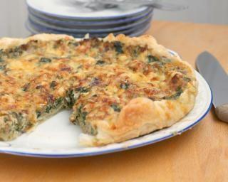 Quiche minceur thon - épinards1 pâte brisée ou feuilletée 200 g d'épinards hachés 200 g de thon au naturel 3 oeufs 30 cl de fromage blanc à 0% 2 c. à soupe d'huile d'olive muscade sel, poivre