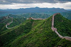 "La muralla China, esta ubicada en Pekín, China, perteneció a la civilización China, y fue construida en el siglo V  A.C. Wikipedia"" La Gran Muralla China"" https://es.wikipedia.org/wiki/Gran_Muralla_China (8 oct 2016) 20:07"