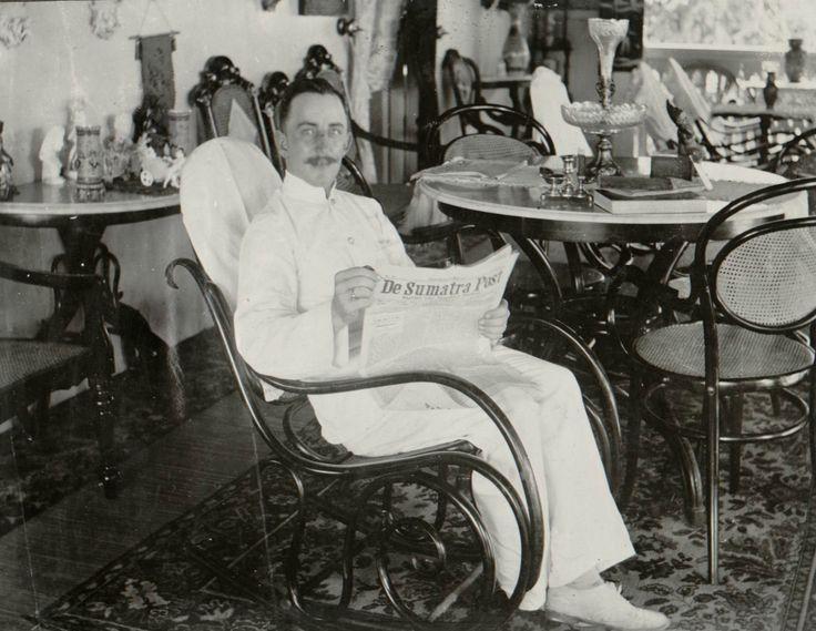 Man leest De Sumatra Post. Sumatra ca 1910. Collectie KITLV