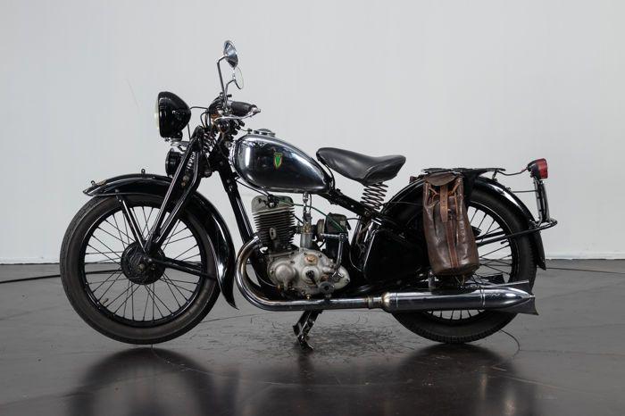 DKW - SB 350cc - 1935  DKW - SB 350cc - 1935Framenummer: 276127Auto Union DKW wordt AudiHij heeft een kleine restauratie ondergaan. Volledig werkend De Italiaanse documenten zijn in orde. ASI geregistreerd (Italiaanse Klassieke Voertuigenfederatie)Klaar voor de overdracht van eigendom. De motorfiets staat in Reggio Emilia Italië Code: DKW5  EUR 240.00  Meer informatie