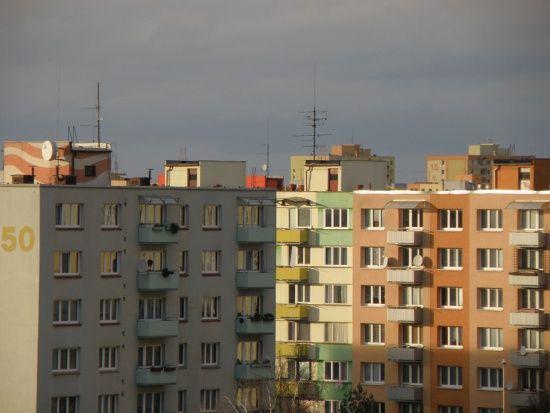 Projekt ustawy o przekształceniu współużytkowania wieczystego gruntów zabudowanych na cele mieszkaniowe we współwłasność gruntów zakłada, że od 1 stycznia 2017 właściciele mieszkań i lokali użytkowych w budynkach wielolokalowych. Z mocy prawa staną się współwłaścicielami gruntów zamiast użytkowania wieczystego. Dotyczyć to będzie tych budynków, w których co najmniej 51 procent to lokale mieszkalne, a co najmniej 1 lokal jest przedmiotem własności. Więcej: http://uzytkowaniewieczyste.com.pl