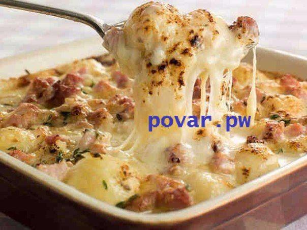 10 Самых наивкуснейших блюд из картофеля.  1)Картофель по-французски  Ингредиенты:  -Картофель - 600-700 г -Сливки (10%) - 400 мл -Любой сыр (Гауда) - 150 г -Соль - по вкусу  Приготовления:  1.Все, что вам нужно сделать, это начистить картофель и нарезать монетками. Слишком тонко не надо, а примерно миллиметра 4-5 будет достаточно 2.Сливки довести до кипения, подсолить и отправить туда картошку. Дать покипеть на мелком огне в течение 5 минут и снять с огня 3.Сыр натереть на крупной терке…