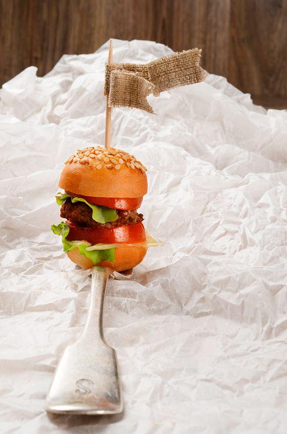 Oggi per una pausa pranzo alternativa abbiamo preparato dei MINI HAMBURGER FARCITI, per la precisione mini cheeseburger… bon appétit!