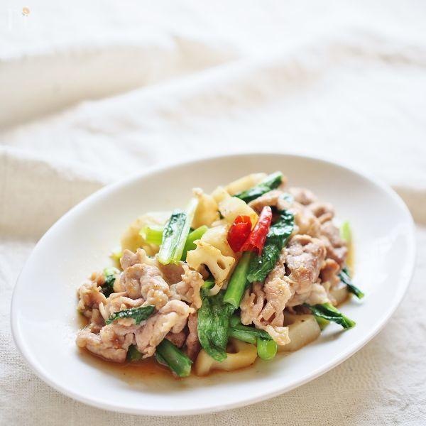 こま切れ肉と小松菜を炒め、甘辛く味付けしたご飯にあうおかず。  レンコンの食感がアクセントです。