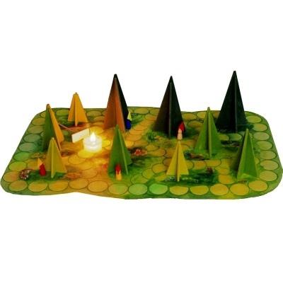 Waldschattenspiel  Dit is een bijzonder spel. Bijzonder omdat het in het donker moet gespeeld worden en bijzonder omdat de spelers moeten samenwerken om het doel te bereiken.  Stel je voor: de kamer is verduisterd en op tafel ligt een speelbord met enkele houten bomen en een brandende kaars in een glazen theepotje. Dit vuur geeft licht en schaduw in een bos waarin 7 kabouters schuilen. Het speelbord is dubbelzijdig waardoor twee verschillende spellen kunnen gespeeld worden.
