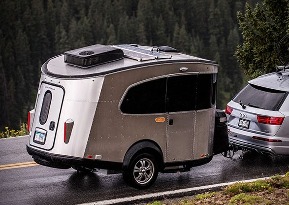 Airstream exibe o novo Basecamp, um trailer de viagem compacto e robusto que…