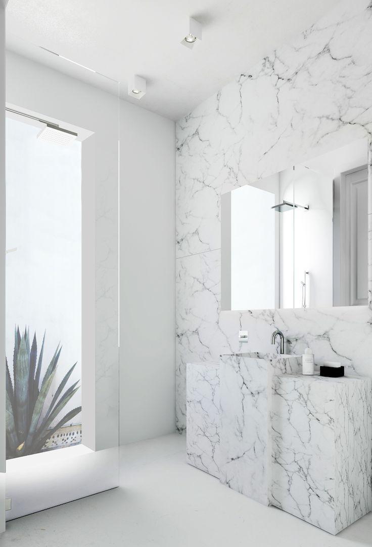 Vaaleaa marmoria vain yhdellä seinällä tekee tästä kylpyhuoneesta pelkistetyn modernin.