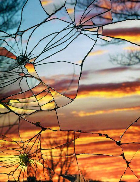Photos de couchers de soleil capturés dans le reflet du miroir brisé