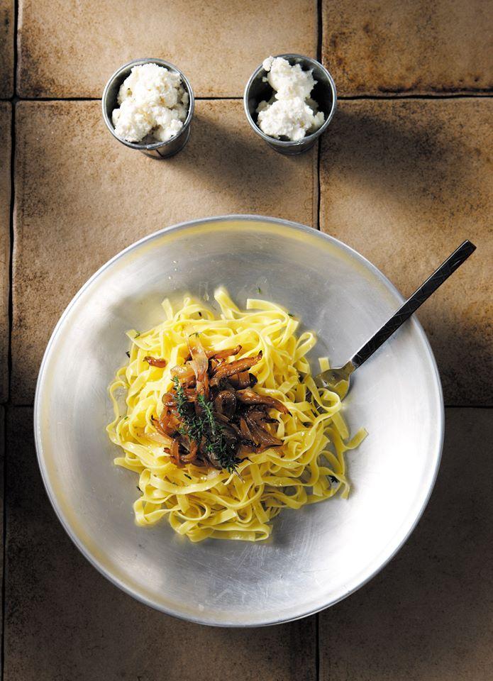 Χυλοπίτες με καραμελωμένα κρεμμύδια και ξινομυζήθρα  Η επιτομή της απλότητας και της νοστιμιάς. Ένα απολαυστικό πιάτο για κάθε μέρα και για κάθε μακαρονά… από την Ιωάννα Σταμούλου