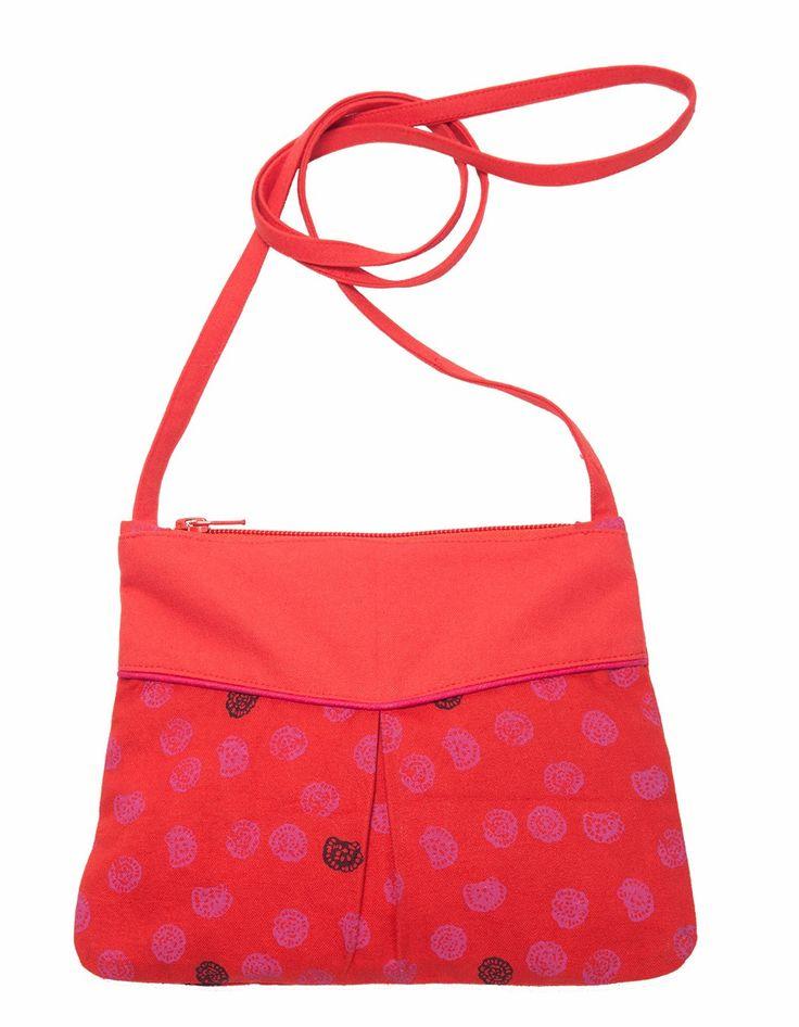 Imprimé Tracks Carmin lumineux reprenant des minis coquillages roses sur un fond rouge flamboyant pour ce petit sac/pochette Ilia. A porter en bandoulière, sur l'épaule ou à la main selon vos envies, il se ferme par un zip sur le haut du sac. Idéal pour une soirée décontractée et pour apporter du piment à votre tenue. Dimensions : 23 cm X H17cm.