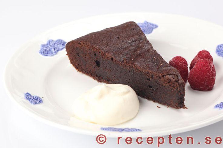 Fransk chokladtårta - Recept på en mycket god fransk chokladtårta, lika enkel att göra som en kladdkaka men godare och lyxigare med mycket choklad. Recept med bilder steg för steg.