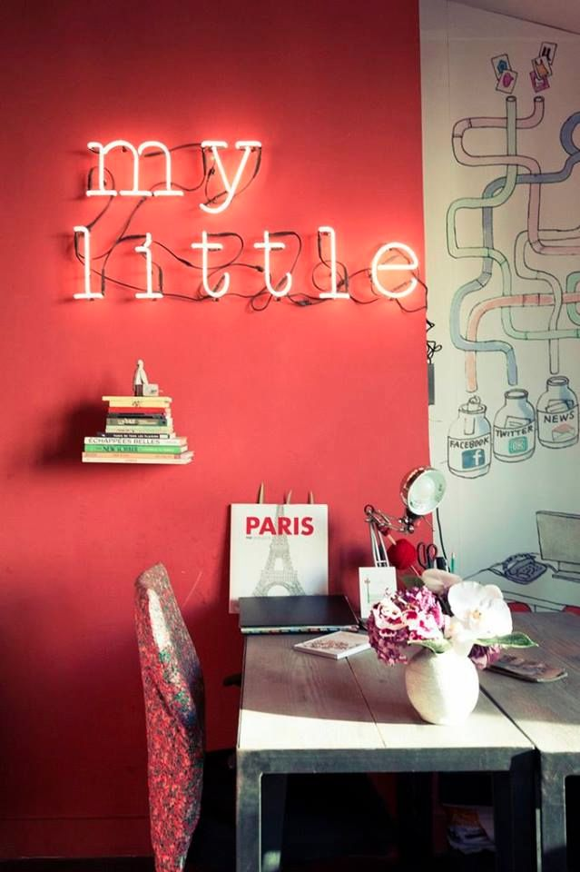 Le néon My Little accroché au mur