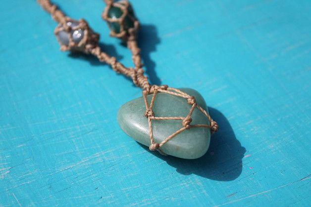 Collar macrame hecho a mano con piedra aventurina y dos piedras de agata, el cierre es con un nudo corredizo ajustable a cualquier medida.
