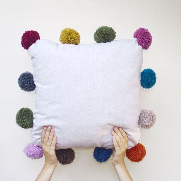 Vrolijk je kussen op met eigen gemaakte pompons  Zelf maken? Kijk voor garen en pompon makers eens op http://www.bijviltenzo.nl