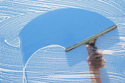 Para la limpieza de cristales profesional se precisan herramientas adecuadas.  - Escaleras, alargadores, regletas, jabones, cubos… utilizar herramientas de calidad y en buenas condiciones.  Como se realiza la limpieza de cristales:  ·Se pone agua en el cubo con el producto adecuado.  ·Se empapa el cristal con la regleta que lleva un borreguito o mojador.  ·Se desliza la regleta por el cristal sin levantarla, de arriba abajo en superficies muy altas, y de izquierda a derecha bajando con la…