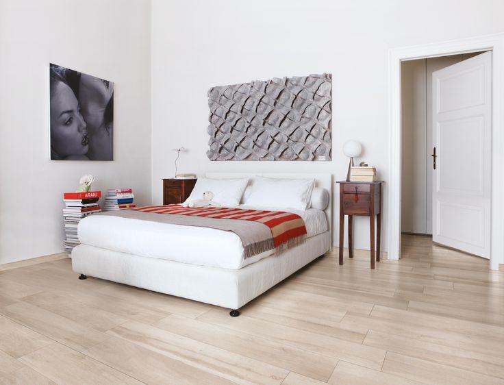 Camera da letto luminosa con a pavimento la collezione for Bedroom tiles design pictures