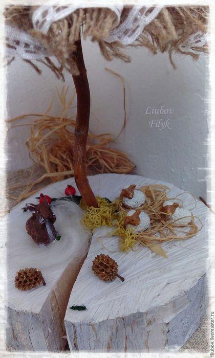 Купить или заказать Ёлочка плетеная  Нарядная в интернет-магазине на Ярмарке Мастеров. Елочка полностью сплетена из бумажной лозы. Легкая, прочная, долговечная. Цвет сетлый, серо-бежевый, состаренный. Ствол и подставка деревяные, также состаренный. Красные зимние ягодки, природный декор - мох натуральный, цветок также сделан из эко материала мною вручную( листья кукурузы) , звездочка и милые зверюшки. Верх ёлочки снимается с композиции и можна ее использовать в качестве декора отдельно.