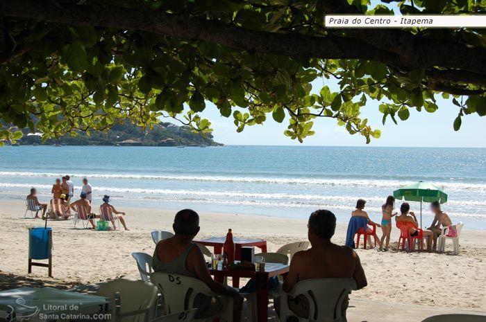 Pessoas tomando um cervejinha na beira da praia de itapema.