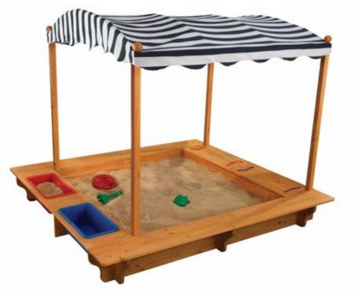 En sjov sandkasse fra KidKraft der kan underholde mange børn i flere timer ad gangen! Sandkassen har en beskyttende presenning der kan sættes op som et soltag over børnene, og beskytte dem mod sol og regn. Der medfølger to styks plastikkasser der fungerer enten som opbevaring, eller kan fyldes med vand. På den ene side er der indbygget to opbevaringskasser hvor lågene også fungerer som siddeflade. Der medfølger et sikkerhedsnet som I kan fæstne på de fire tagstolper der hjælper med til at…