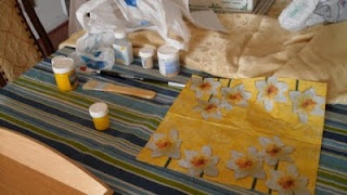 Try to find matching paint color and napkins for your decoupaged crafts - Manualidades Kitty Valerie
