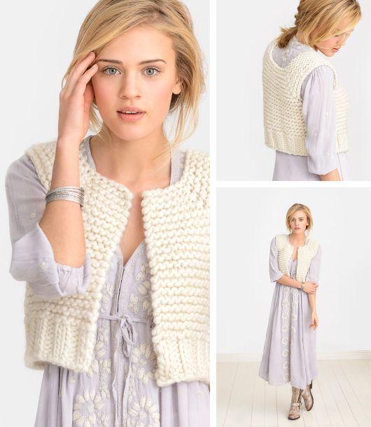 Ультрамодный стильный вязаный жилет от Сары Смуленд выполняется спицами из очень объемной пряжи белоснежного цвета.