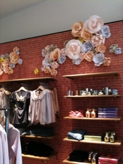 Anthropologie store display: Decoración Vitrina, Window Display, Interiors Design, Boutique Decor, Business Display, Paper Flowers On Wall, Stores Display Brick, Big Flowers, Decor Shops