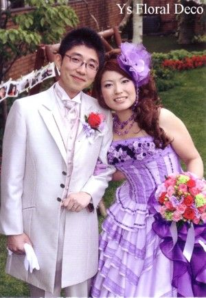 こちらのおふたりのお色直しのときのご様子です。清楚な白ドレスから、華やかな紫のチェックドレスにお召し替えです。がらっと印象が変わりますね。どちらのドレスも...