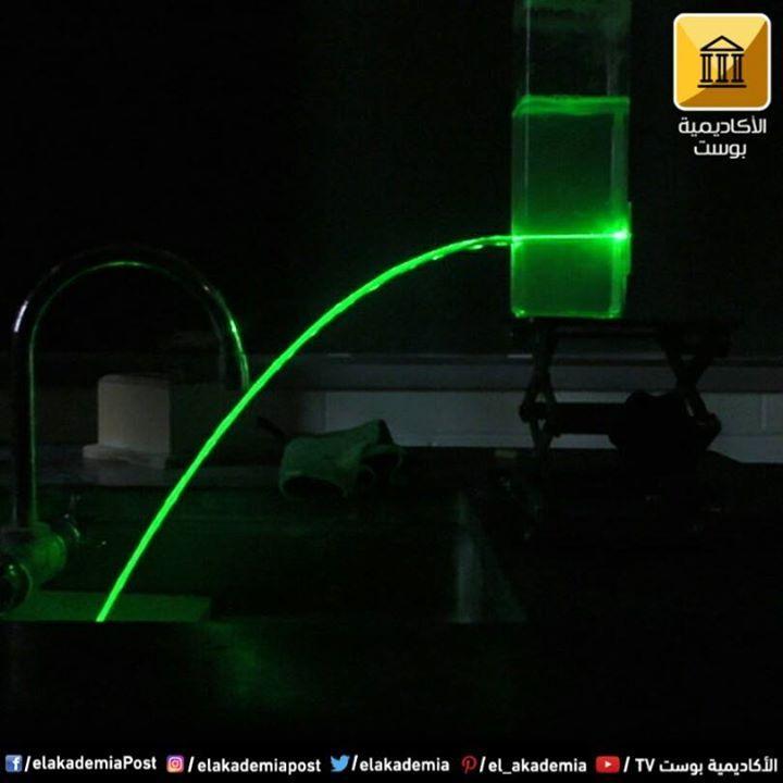 يمكن حبس الليزر في شلال مياة ليس فقط مثال على الانعكاس الكلي الأبدي بل يوضح أيضا كيفية عمل كابلات الألياف البصرية في توجيه مسار ا Neon Signs Decor Home Decor