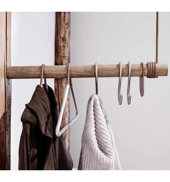 Mangler du garderobeplads? Så er WALL SWING fra LindDNA lige noget for dig. WALL SWING er en dekorativ garderobestang til den lille entre eller i dit walk in closet.   WALL SWING har et minimalistisk og stilrent formsprog. Den ene ende skrues direkte i væggen og den anden hænger i en lædersnor der er sat fast i en krog i loftet.  Farve: Natur læder og lyst træ Mål: Stangens længde 50 cm Materialer: Dansk eg og lædersnor  Vi anbefaler, du bruger de smukke S-hook kroge fra nomess COPENHAGEN…
