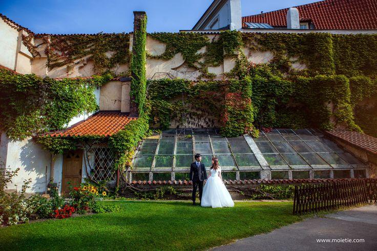 Samantha and Kim in the beautiful garden in #Prague #prewedding #photographerprague #bride #wedding #weddingphotographer #weddingphoto #preweddingprague #布拉格 #布拉格婚纱摄影 #婚礼 #新娘 #蜜月 #海外婚紗攝影 #婚纱摄影
