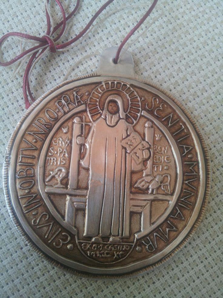 Medallón de San Benito para colgar en la puerta (parte de adelante)