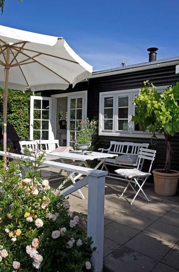 Tæt på Ajstrup Strand ved Aarhus ligger det skønneste, sortmalede sommerhus med hvide vinduer og solrige terrasser. Huset er kun 10 år gammelt, men emmer af gammel, nordisk countrystil. Her er nemlig kælet for detaljerne med et smukt miks af nye og antikke møbler.