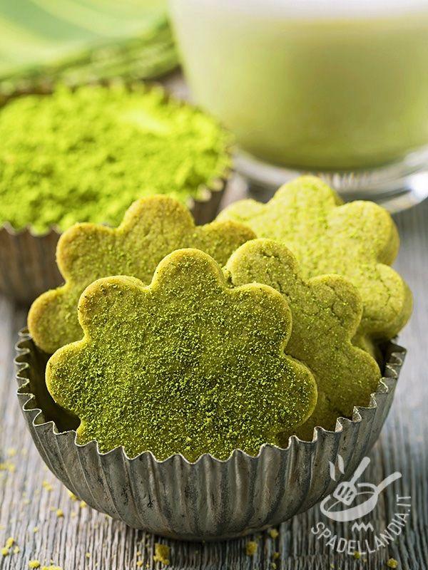 I Biscotti al tè matcha sono raffinati ed eleganti primizie al forno al sapore di un prelibato tè verde giapponese. Ottimi anche come idea regalo.