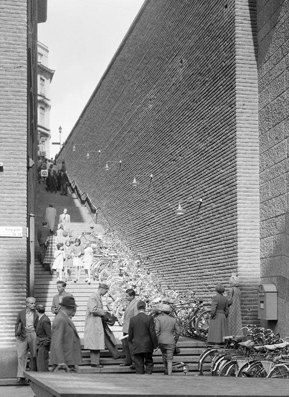 Trappan till Malmskillnadsgatan från Kungsgatan 32. Folkliv och parkerade cyklar