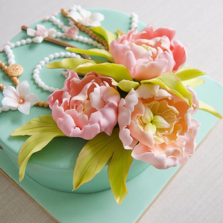 De departe unul din cele mai elegante modele, decorat cu flori deosebite si impodobit cu accesorii elegante, tortul floral vintage este cadoul dulce perfect pentru domnisoara draga din viata ta.