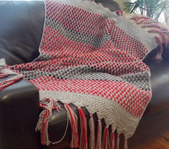 Marrakesh de deken, handgemaakte haak, met behulp van Marokkaanse tegel Stitch in onregelmatige strepen van cherry, scarlet en magenta met donkere en zilver grijs voor contrast. Deze grote langwerpige Afghaanse is rijkelijk gekleurde hoge kwaliteit acryl, en heeft een mooie brede gefranjerde rand toe te voegen een aanraking van luxe. De dikke, getextureerde afwerking en warme kleuren zou maken het een functie in elke kamer en het zou ook een mooie afstand voor uw bed. Het meet 42 x 62 (106 X…