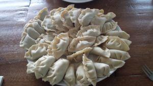 Zelfgemaakte dumplings met gehakt/groente of kipfilet/groente mengsel