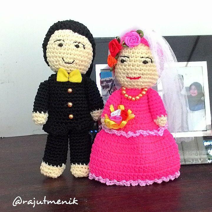Boneka Pengantin Rajut  Rp 80.000 (plus kotak mika)  Tinggi : sekitar 15 cm  Hadiah pernikahan itu-itu aja? Bingung milih yang unik dan kece?  Nih @rajutmenik punya produk yang cocok untuk hadiah temanmu yang mau menikah. Nggak pasaran dan pastinya berkesan.  Warna bisa custom.  #crochet #crochetlove #crochetaddict #instacrochet #bride #bridegroom #couple #wedding #gift #rajut #rajutmenik #rajutan #rajutanmurah #rajutpengantin #hadiah #hadiahpernikahan #pernikahan #homemade #handmade #unik…
