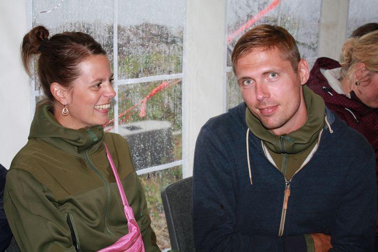 Sara og Johan bakker op på tilskuerpladserne
