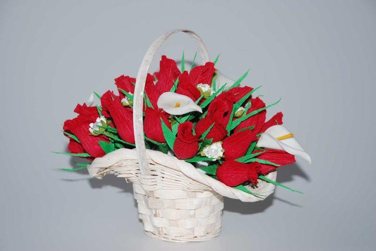 Корзинка роз из конфет. Букет из конфет. basket with buds of roses