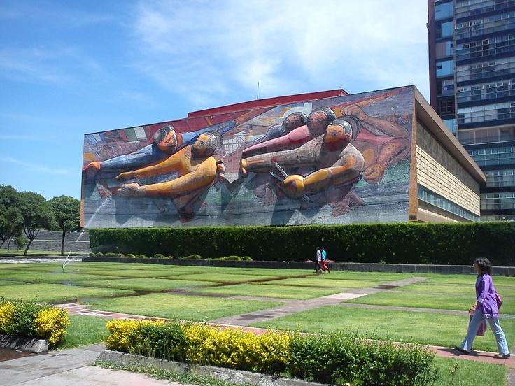 """Mural  """"El pueblo a la Universidad y la Universidad al pueblo"""" Rectoria UNAM"""