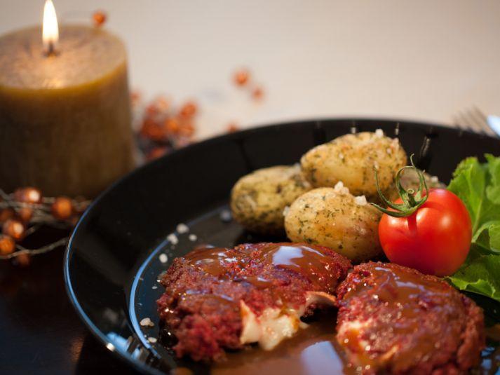 Punajuuri-jauhelihapihvit vuohenjuustotäytteellä ja ryppyiset yrttiperunat | Ideakeittiö