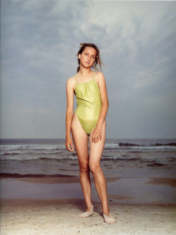 rineke dijkstra  portretfotografie - conceptuele fotografie (1959-) beroemd geworden met haar serie strandportretten (1992-1994) waarin ze de complexiteit van pubers heeft vastgelegd die ze lichtjes heeft ingeflitst - ook serie portretten van stierenvechters na hun gevecht en vrouwen net na de bevalling