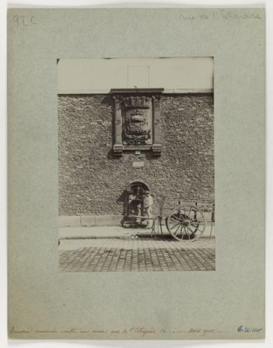 Ecusson conservé contre un mur, 14 rue de l'Estrapade, 5ème arrondissement, Paris. | Paris Musées