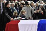 Les funérailles d'Henri Emmanuelli, ou «la fin d'une époque»                         Serré dans son imper bleu marine, Benoît Hamon s'attarde à quelques mètres du cortège funéraire, devant la salle Fran�... http://www.liberation.fr/france/2017/03/25/les-funerailles-d-henri-emmanuelli-ou-la-fin-d-une-epoque_1558365?xtor=rss-450