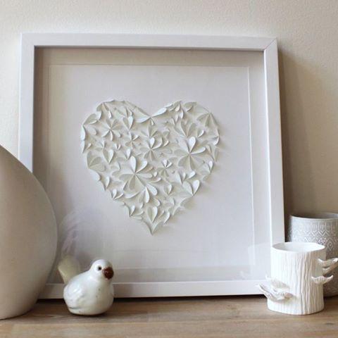 Hartjes in diverse formaten uitknippen, dubbel vouwen en als bloem op canvas plakken. Kan natuurlijk ook met gekleurd papier.
