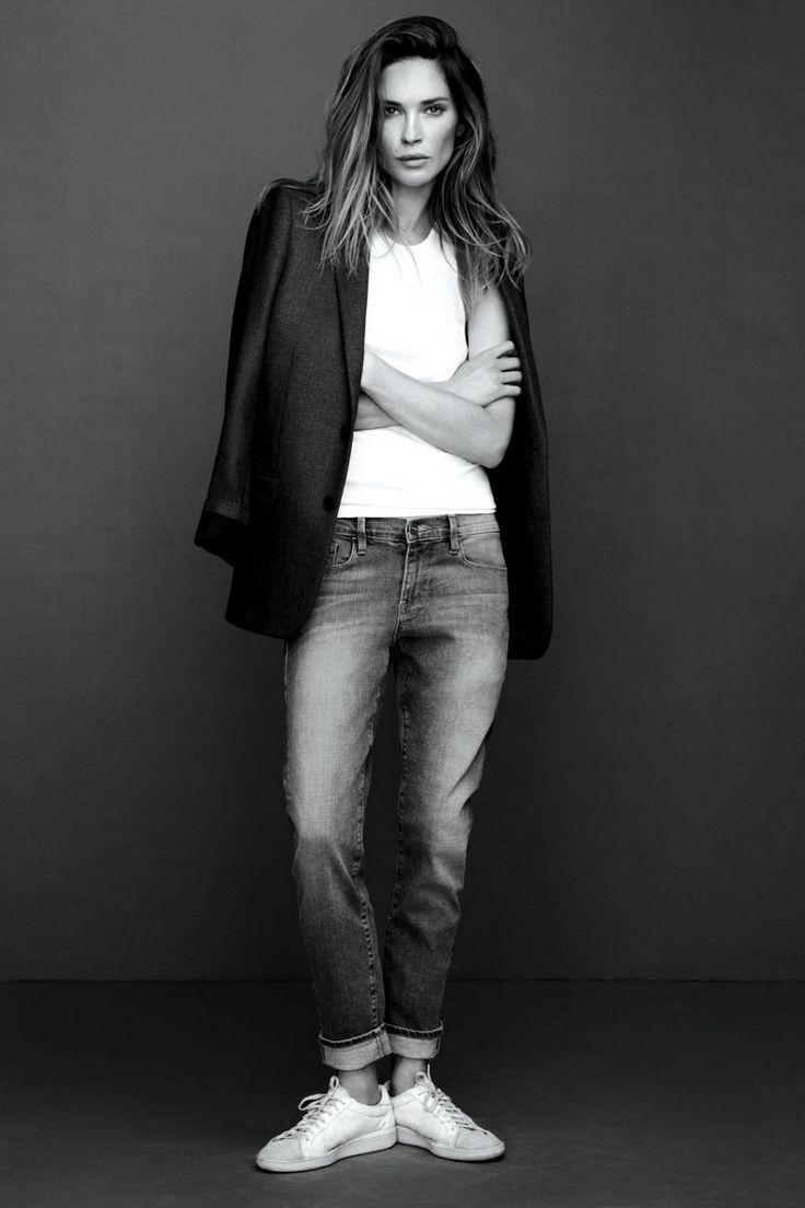 Jean et tee shirt blanc, la veste sur les épaules et les baskets