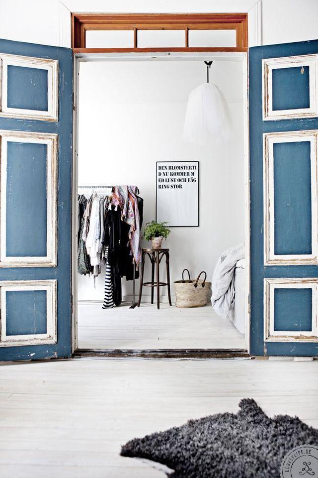 Des portes bicolores habillées de peinture vieillie On rajeunit une vieille porte moulurée avec deux couleurs de peinture. On peint en bleu dense l'intérieur de la porte et en blanc les moulures pour un résultat bicolore plus contemporain. L'astuce déco qui fait tout : l'option peinture écaillée qui confère à la porte une touche authentique.